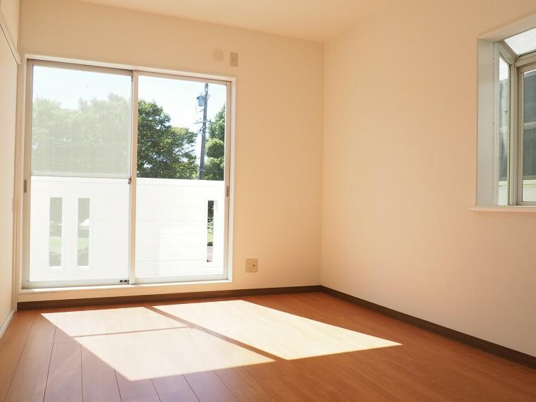 洋室 洋室 2階南側の洋室  収納スペースが充実しています