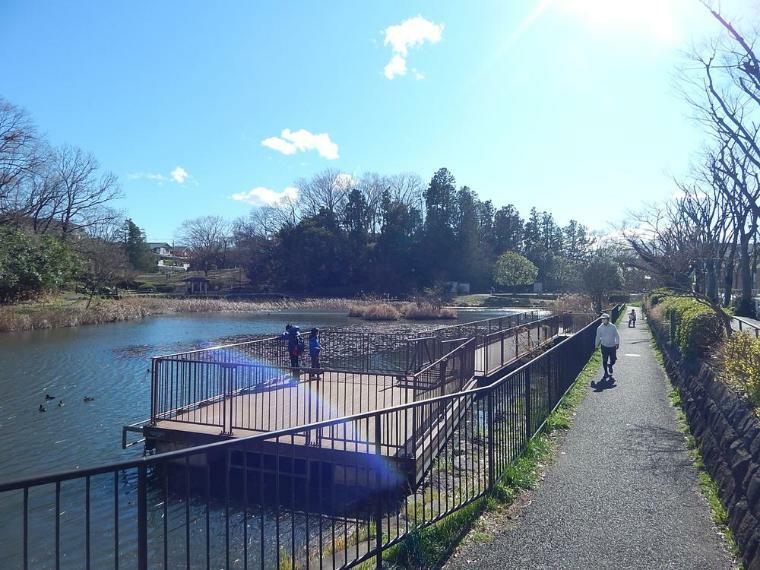 公園 もえぎ野公園まで1100m 大きな池と広場のある自然あふれる公園。休日は親子で訪れる方も多く地域の憩いのスポットです。現地から徒歩5分の場所にも遊具公園があります。