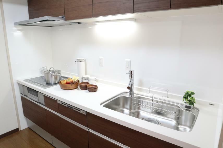 キッチン 食器洗浄乾燥機浄水器内蔵のキッチン IH3口コンロで料理もはかどります。