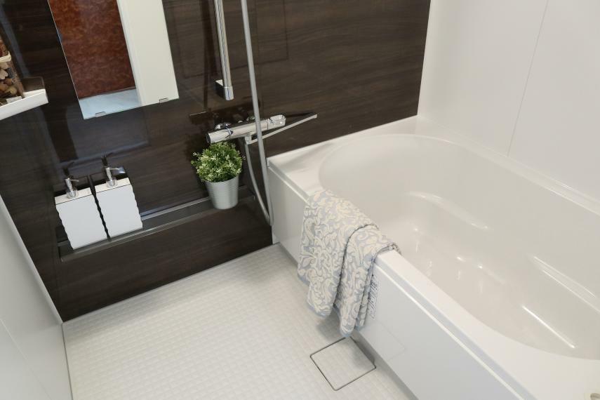 浴室 浴室暖房乾燥機能付きのユニットバスに交換しました。アクセントの壁がお洒落な仕上がりです。