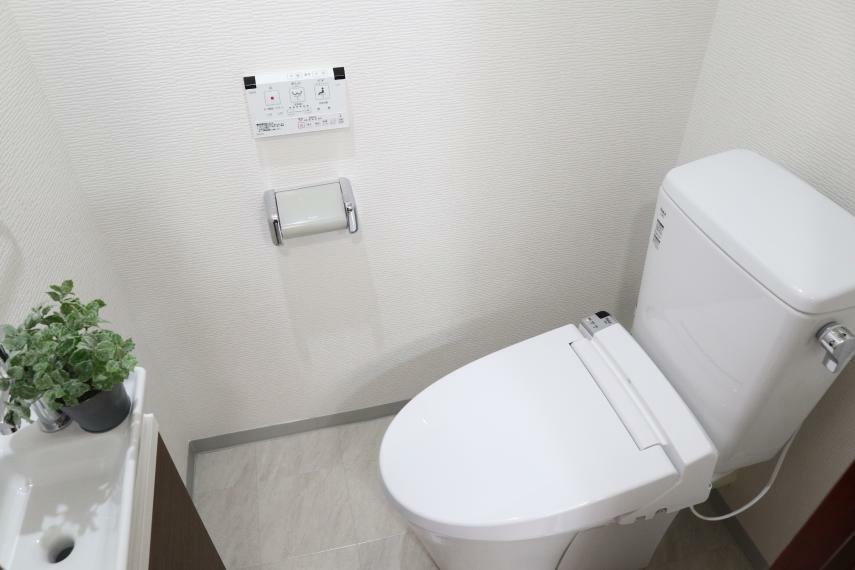トイレ トイレを交換し収納付きの手洗い器を設置しました。