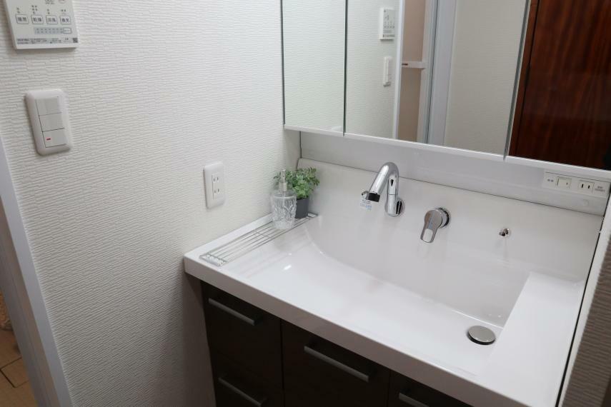 洗面化粧台 幅広タイプの洗面化粧台に交換しました