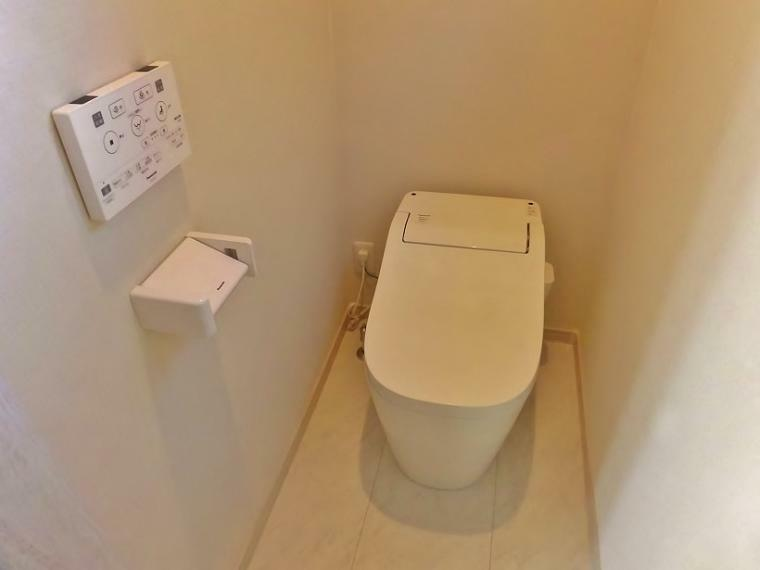トイレ 2階トイレにはPanasonicのアラウ~ノを採用!タンクレストイレでお手入れもラクラク簡単!そして、ウオッシュレット&ウォームレット付きトイレです。なんといっても超節水!