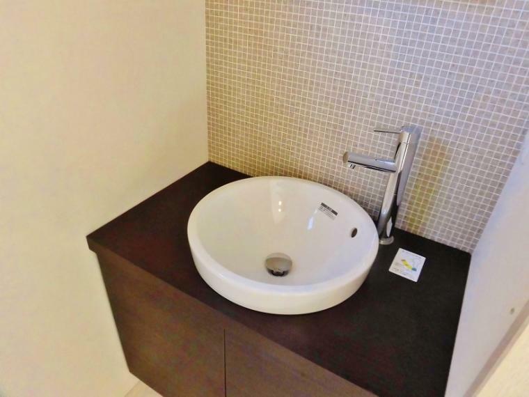 洗面化粧台 内覧いただいたお客さまの声です。「2階のトイレ前にある独立した洗面があるのはうれしい!!」ほんと担当のわたしも同感です!