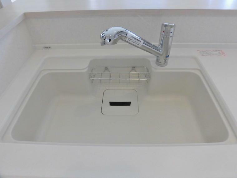 キッチン 広々とした凸型シンクに洗剤ポケットを標準装備!石鹸や洗剤、スポンジも収まりスッキリとしたシンクで料理の後片付けもラクラク!  浄水器組み込み水栓:蛇口と一体型構造でシンクまわりがスッキリ!また、ヘッドスイッチでストレート吐水とシャワー切り替えがらくらく簡単 !シンクの洗い流しも浄水器ごと引き出せるので楽チン!