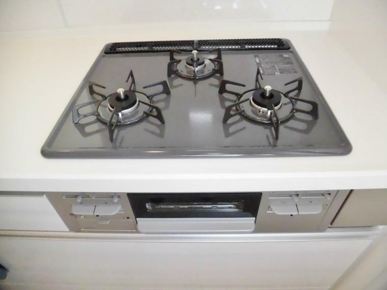 キッチン ママに嬉しい三口コンロで料理も時短!でも、火の元だけは気をつけてね。 そして、料理後の面倒なお掃除もラクラク汚れを拭き取れるガラストップが大人気です。