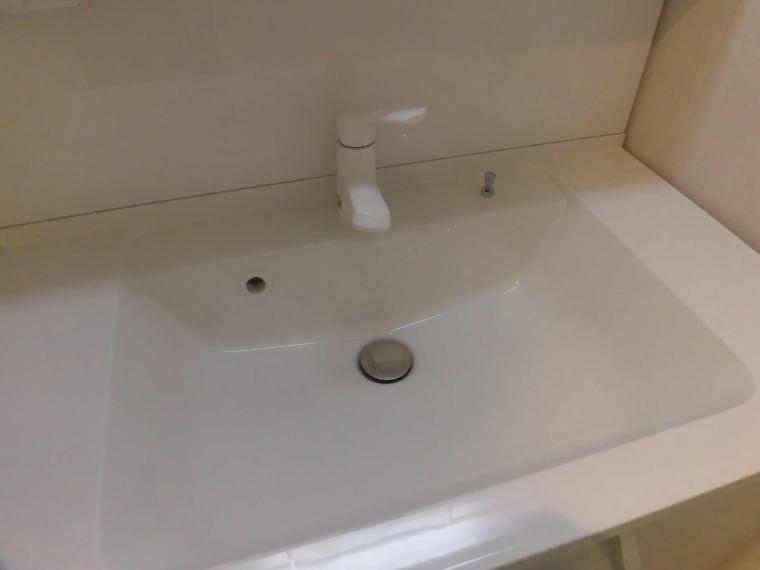 洗面化粧台 ハンドシャワー付の洗面台!ハンドシャワー付きで使い勝手が5つ星です!また、洗面台が広いので水はねが気にならないんです! 洗面ボール一体型カウンターでお手入れが楽々です!