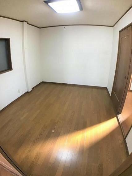 洋室 約4.5帖のお部屋は子供部屋としても収納スペースとしてもピッタリです。
