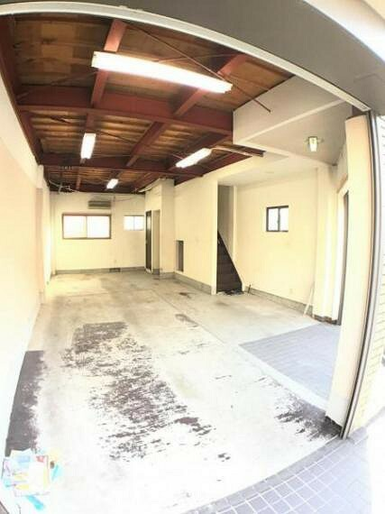 駐車場 高い天井は開放感タップリです。車庫としての利用はもちろん、事務所や店舗もいいですね。