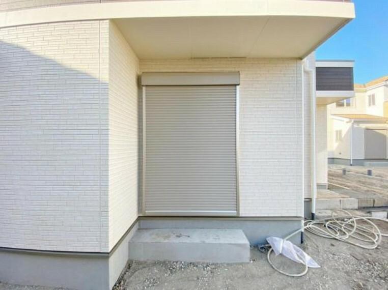防犯設備 防犯、防災の両方で安心のシャッター付。簡単に開閉できます。