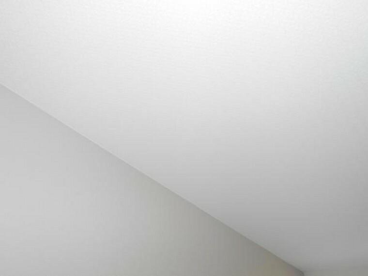 居間・リビング 【リフォーム後写真】リビング天井にワンポントクロスを使用しました。明るいオシャレな天井になりました。