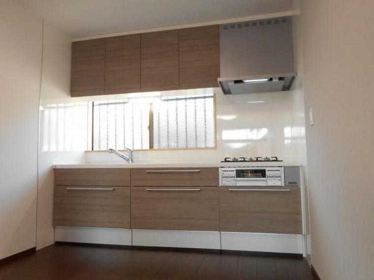 キッチン 【リフォーム後写真】ハウステック社製の新品のシステムキッチンに交換しました。引き出し、吊戸棚には、たっぷりの収納スペースがあります。新しいキッチンだとお料理も楽しくなりますね。