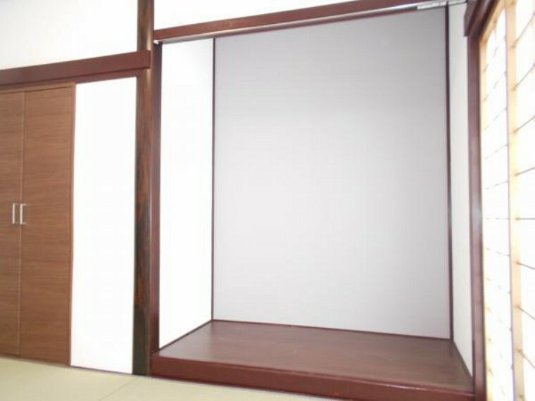 【リフォーム後写真】一階玄関入って南側陽当たり良好な6帖和室です。リビングとの間に壁を設置し、来客用のお部屋としても使えます。床の間にはワンポイントクロスを張りました。