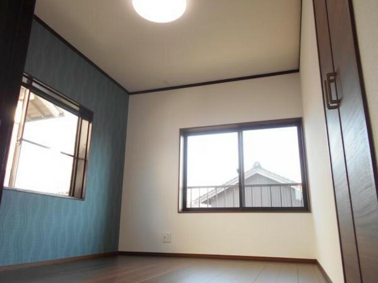 洋室 【リフォーム後写真】2階6帖の洋室は、天井及び壁はクロスを張替え、床はフローリングを重ね張りし、収納を新設しました。ご夫婦の寝室としていかがですか。