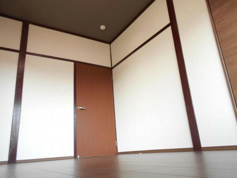 洋室 【リフォーム後写真】2階6帖の和室は、和の雰囲気を残した洋室へ変更しました。天井及び壁はクロス仕上げにし、床はフローリングに張替ました。お子様のお部屋としていかがですか。