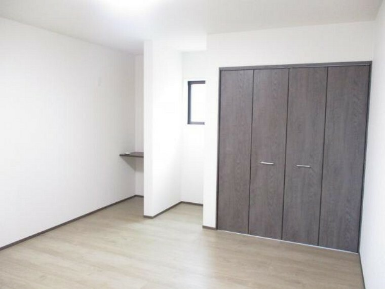 2階真中8帖和室も9帖の洋室になりました。床はフローリング仕上げ、扉は新品、クローゼットも設置されています。住友クレスト社製の製品で、落ち着きのあるデザインです。