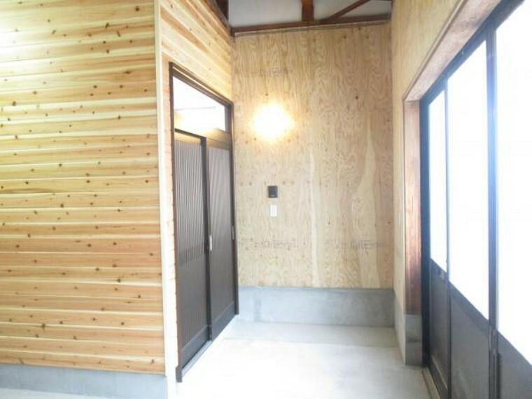 玄関 1階には玄関を作りました。玄関扉は新品交換となっております。キレイな玄関で素敵ですね。玄関わきにはインターホンがあるので、こちらから訪問者とお話しできます。