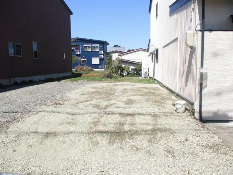 駐車場 現状2台駐車スペースありますが、敷地一部に乗上を作りプラス2台駐車可能にしています。