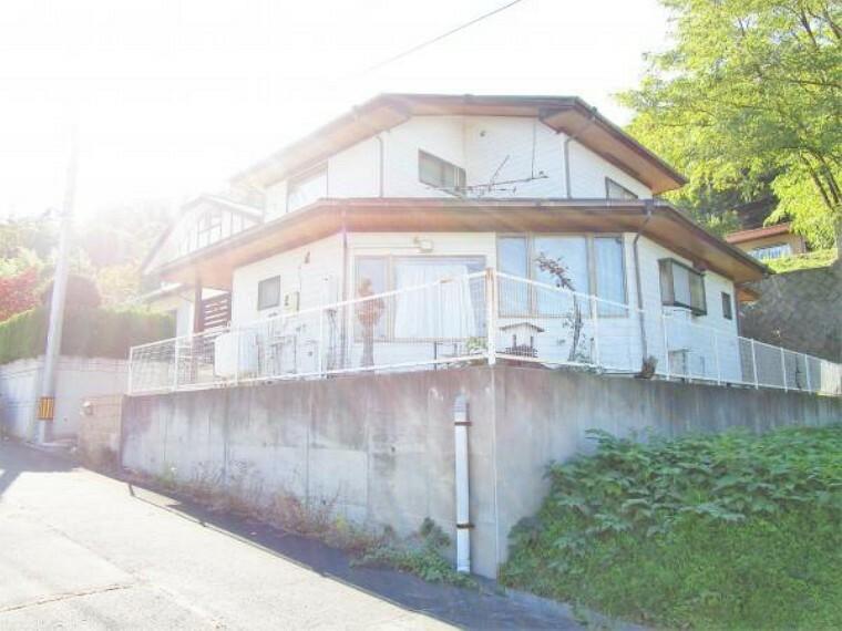 外観写真 10/31撮影【リフォーム前・外観】室内・外に趣向を凝らした魅力的なお家です。田舎暮らしにおすすめです。