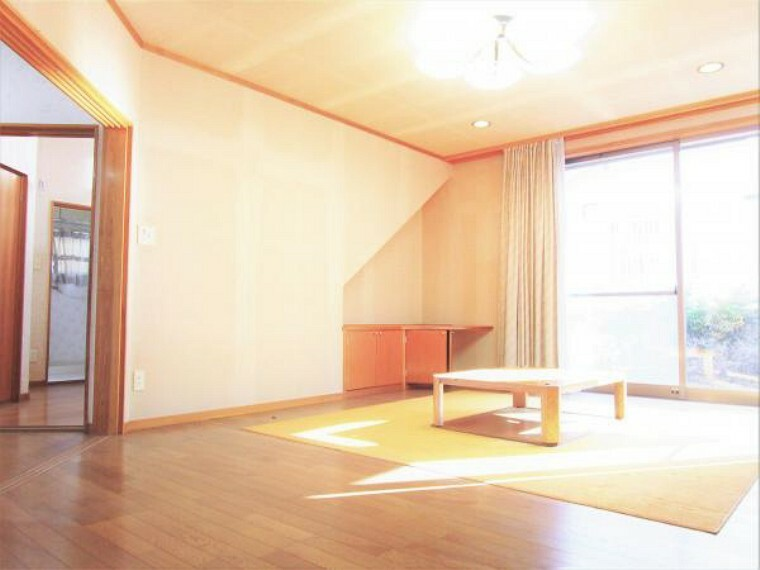 居間・リビング 10/31撮影【リフォーム前・リビング】間取り変更を行い22帖の広々としたLDKに。生活に彩りを添える、洗練された居住空間となります。