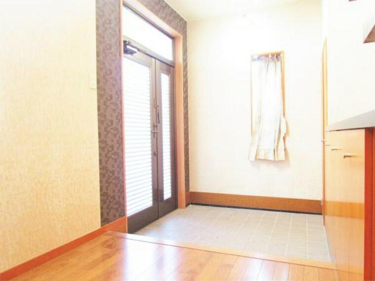 玄関 10/31撮影【リフォーム前・玄関ホール】玄関を開けた瞬間の吹き抜けが印象的なホールです。