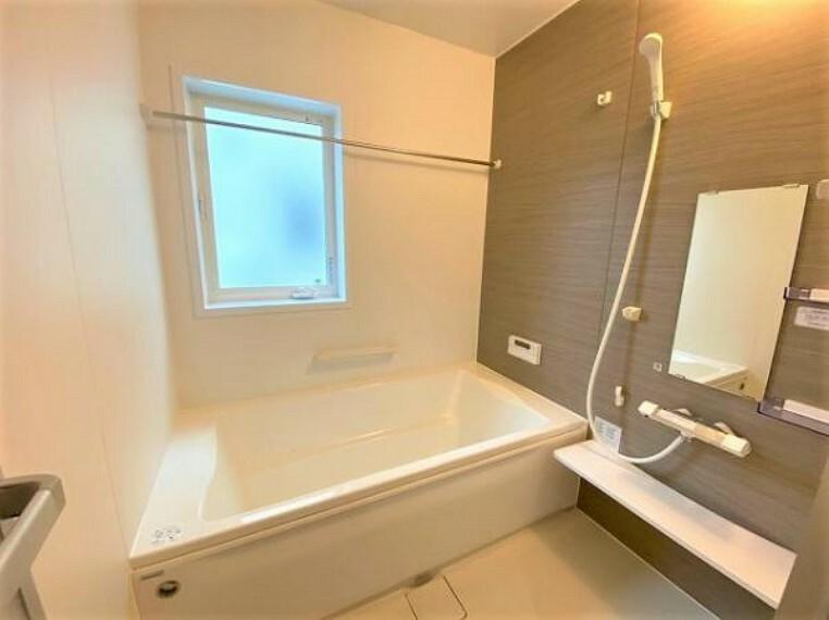 浴室 浴室には隠れた節水機能が充実!シャワーにはたくさんの空気を含んだ大粒の水は節水効果あり。浴槽内にはステップがあり、出入り時の負担も軽減するスリムな形を採用