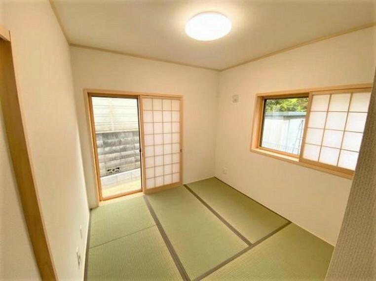 和室 新しい畳の香りのする和室は、使い方色々。客室やお布団で寝るときにぴったりの空間ですね。