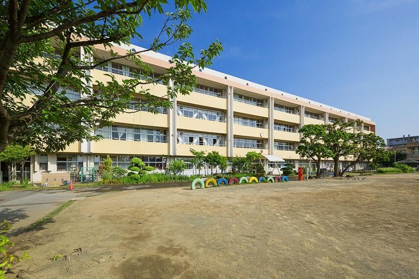 小学校 千葉市立幕張西小学校 徒歩7分/歩道も広く通学に安心な小学校