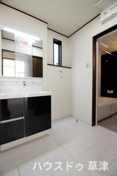 洗面化粧台 3面鏡裏も収納になっているのでお化粧品や洗剤のストック等たくさん収納できますよ。2階にも洗面台があるので忙しい朝でも大丈夫ですね。