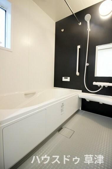 浴室 雨天時や夜間でも、洗濯物を干せる浴室乾燥暖房機。カビを抑制し、涼風・温風機能によって、季節を問わず快適に入浴できます。