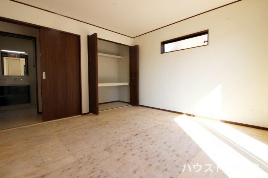 洋室 1階にある約8帖のお部屋です。2面採光で陽当たりや風通しがいいですよ。