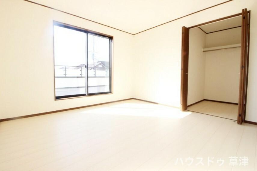洋室 約8帖の明るい主寝室にはバルコニーがありお布団もラクラク干せます。