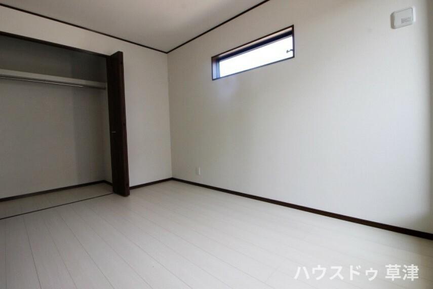 洋室 約6帖の洋室です。収納つきの使い勝手の良い居室です。