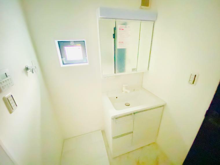 洗面化粧台 三面鏡付化粧台です