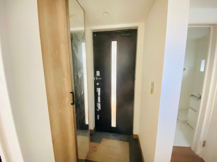 玄関 明るい陽射しの入る玄関です