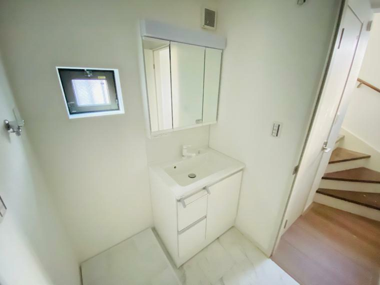 洗面化粧台 朝の忙しい時間もスムーズに準備できます 三面鏡付化粧台付です