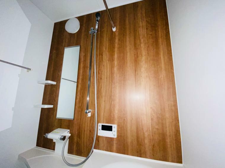 浴室 お風呂は木目調の壁面
