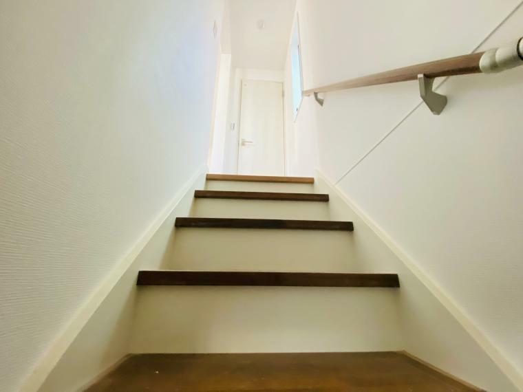 手摺付階段で2階へと案内 お子様や高齢の方も安心して上り下りできます