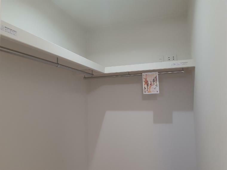 ウォークインクローゼット 主寝室にはウォークインクローゼット設置 パパのスーツやママのドレスもきれいに保管できます