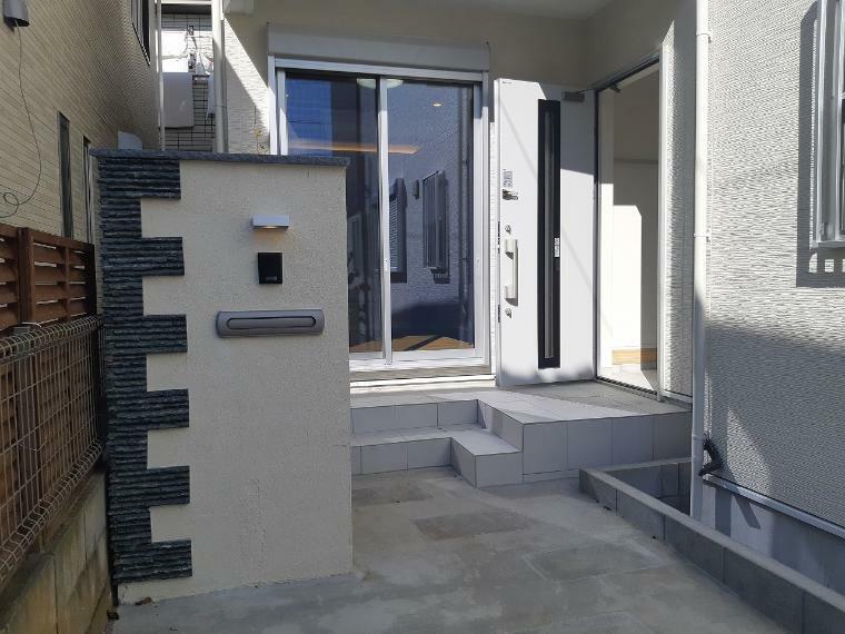 玄関 玄関やエントランスも明るくオシャレな雰囲気 普通の建売住宅とはちょっと違います