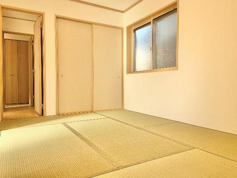 和室・・・フローリングと違いやわらかい畳は小さいお子様のお昼寝や来客時の客間としてもお使いいただけます。