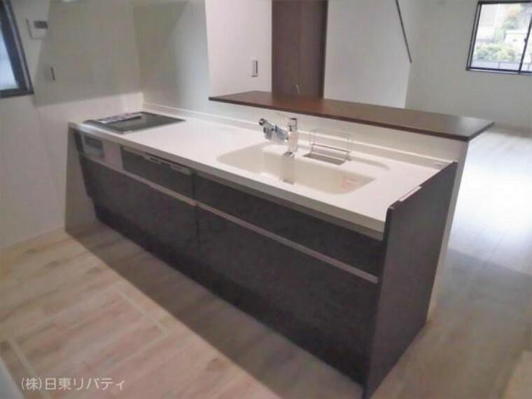 ダイニングキッチン カップボード付のキッチンには食洗機や浄水器を完備!!