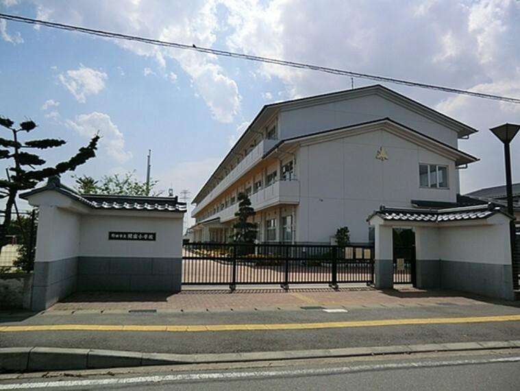 小学校 千葉県の最北端、江戸川と利根川の分岐点に位置し、令和元年で創立146年を迎えました。地域の偉人、鈴木貫太郎翁とゆかりの深い学校でもあります。