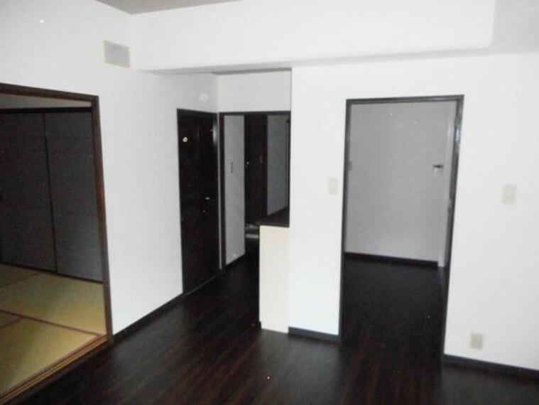 居間・リビング リビングの隣に畳敷きのお部屋がございます。