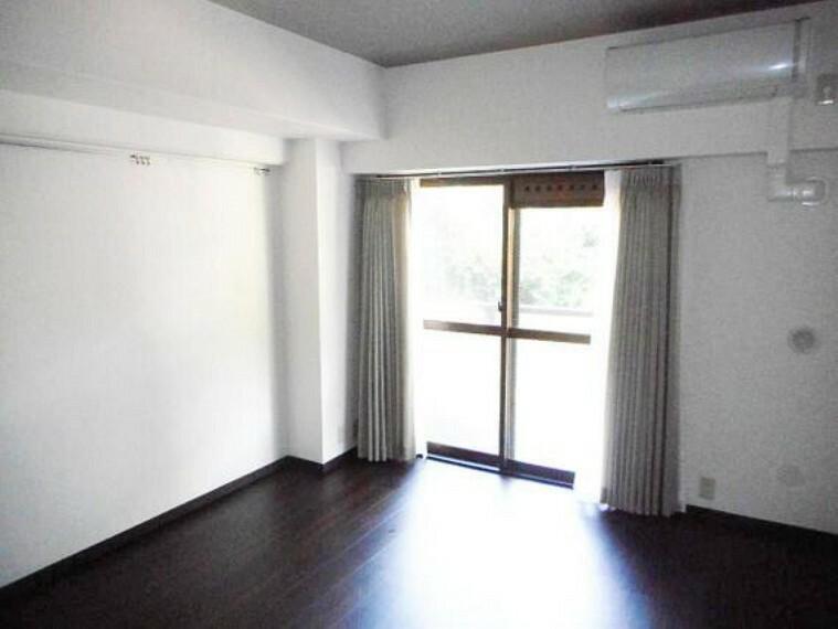 居間・リビング 大きな窓から陽の光が差し込みます。