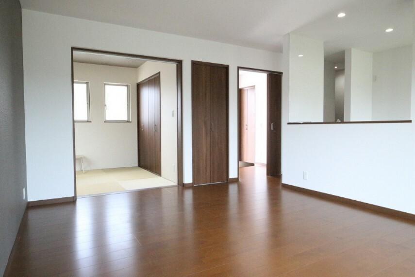 居間・リビング 2020年4月9日撮影 16.3帖LDK リビングには和室が隣接。また収納スペースもございます(写真和室の右側)。