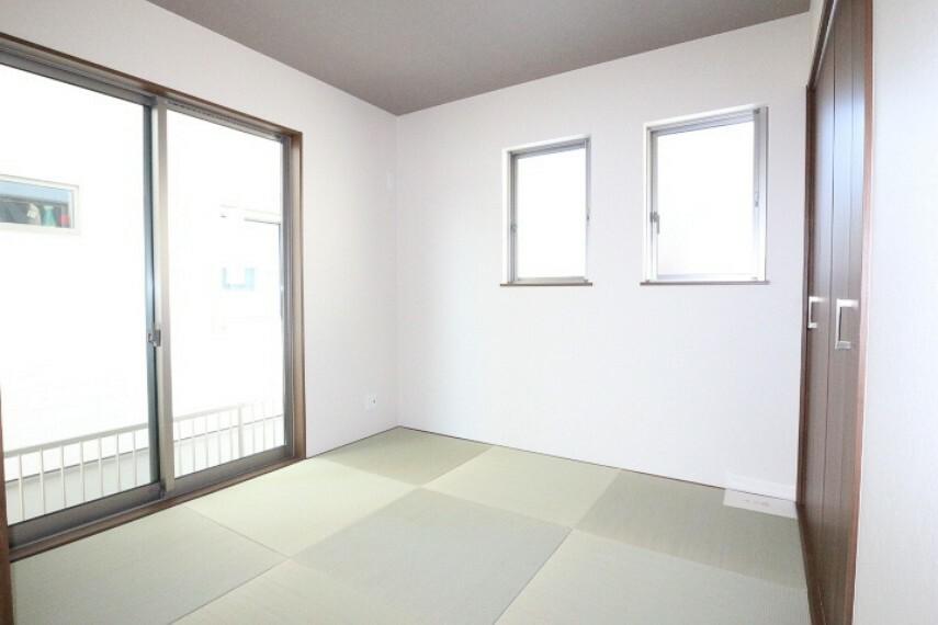 和室 2020年4月9日撮影 4.5帖和室 リビングに隣接しているので、引き戸を開けると開放感のある空間になります。 来客用お布団や座布団なども楽々収納できる押入がございます。