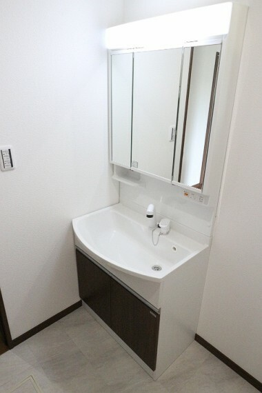 洗面化粧台 2020年4月9日撮影 洗面台の三面鏡裏はすべて収納スペースとなっているので、洗面ボウルの周りもスッキリ片付きます。 鏡がくもらないくもり止め機能付き。