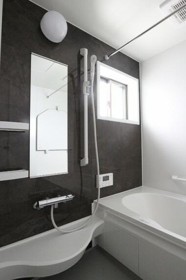 浴室 2020年4月9日撮影 シックなアクセントパネルで落ち着いた雰囲気のバスルームです。 スライドタイプのシャワーフックなので、お好みの高さでシャワーを固定できます。 ランドリーパイプ付きです。