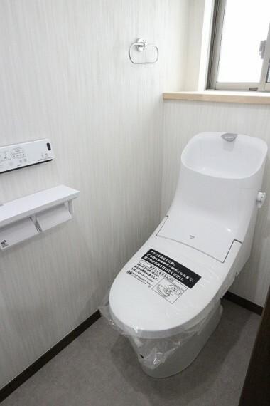 トイレ 2020年4月9日撮影 1階トイレ 壁リモコン、タオルハンガー、2連トイレットペーパーホルダー付き。 棚もあるので、小物使いでおしゃれな空間になりますね。